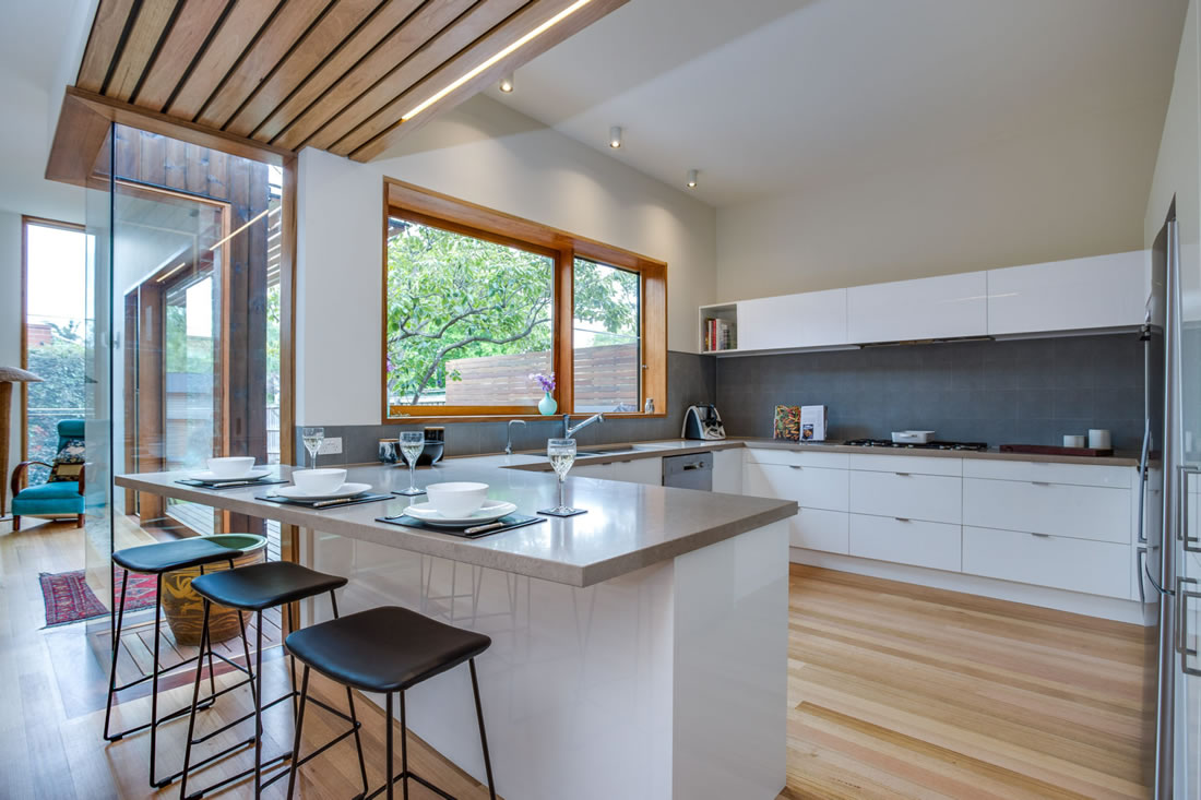 white gloss kitchen with grey splashback