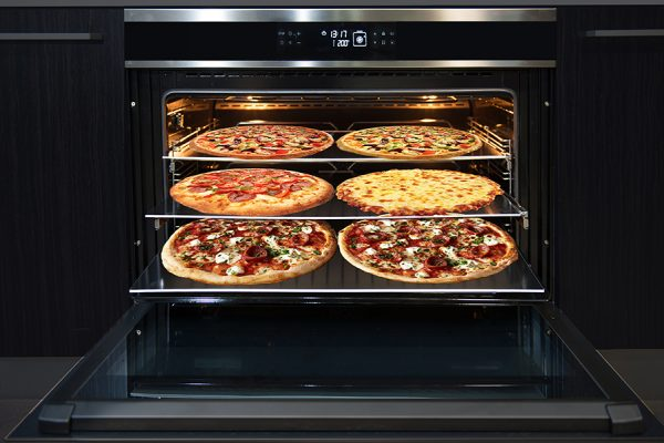 kleenmaid oven with pizzas