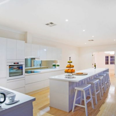 white gloss kitchen handleless