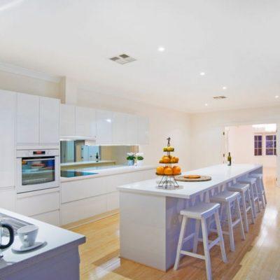 white gloss kitchen handleless