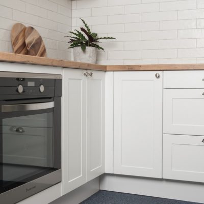 hampton kitchen design with oven & tiled splashback
