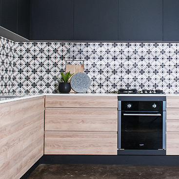 patterned tiled kitchen splashback
