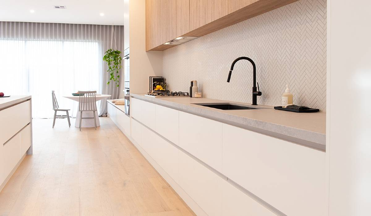white handleless kitchen with oak overhead cabinets